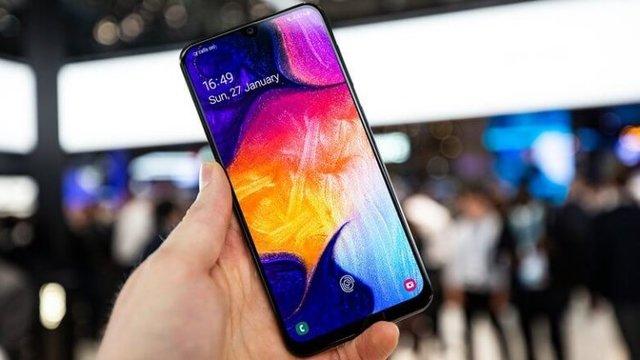 Samsung представила Galaxy A70 со сканером в дисплее и мощной батареей