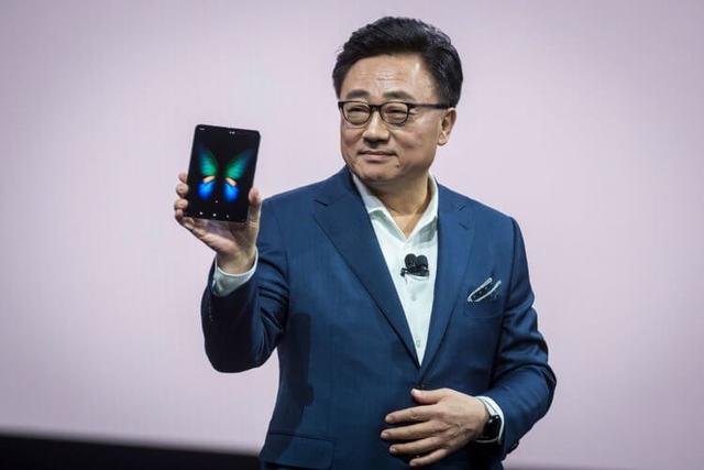 К релизу готов: Galaxy Fold снова показали на живом видео